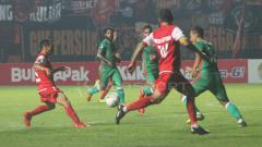 Indosport - Situasi pertandingan PSS Sleman vs Persija Jakarta