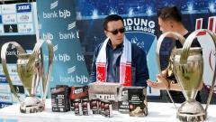 Indosport - Menpora, Imam Nahrawi saat berkunjung dan menyaksikan langsung penggunaan VAR di Bandung Premier League.
