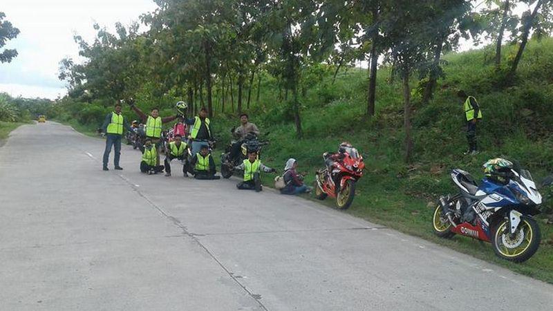 Bikers klub Yamaha R15 yang istirahat di pinggir jalan Copyright: Facebook/Dandi
