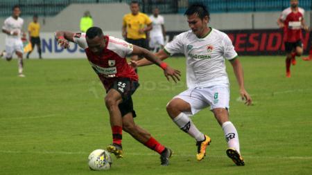 Titus Bonai (kiri) berharap bisa membuat Persipura Jayapura menjuarai Shopee Liga 1 2019. - INDOSPORT