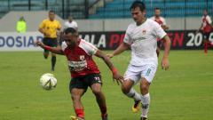 Indosport - Titus Bonai melakukan pengontrolan bola dari pemain Kalteng