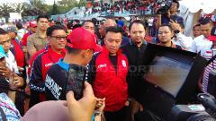 Indosport - Menpora, Imam Nahrawi memantau teknologi VAR saat pembukaan  Liga Sepak Bola Berjenjang Piala Menpora 2019 di Lapangan UPI, Kota Bandung, Jumat (16/03/2019).