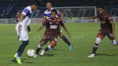 Indosport - Gelandang PSM Makassar, Bayu Gatra (tengah), menganggap masalahnya dengan Rizky Pora sudah selesai.