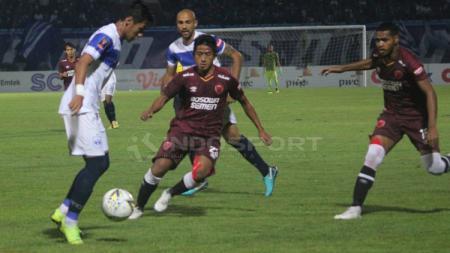 Gelandang PSM Makassar, Bayu Gatra, berusaha mengawal ketat pemain PSIS Semarang. - INDOSPORT