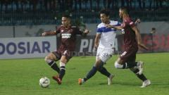 Indosport - Pemain PSIS Semarang tengah melakukan tendangan arah gawang PMS