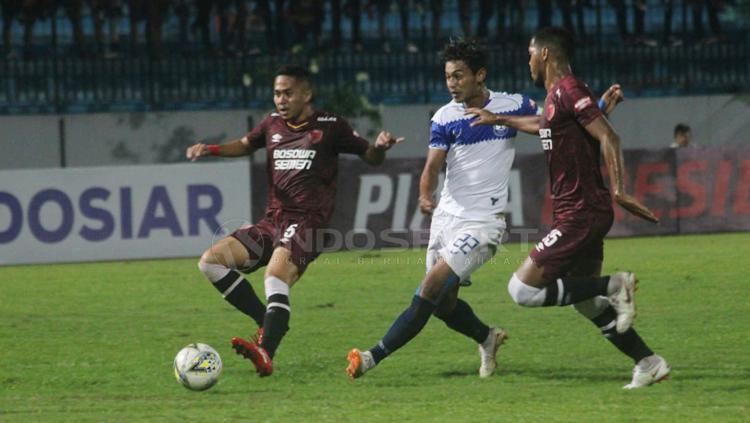 Pemain PSIS Semarang tengah melakukan tendangan arah gawang PMS Copyright: Ronald Seger Prabowo/INDOSPORT