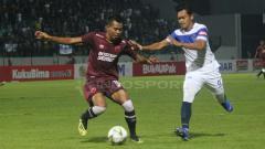 Indosport - Pemain PSM Makassar mengontrol bola dari pemain PSIS
