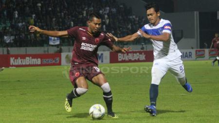 Pemain PSM Makassar mengontrol bola dari pemain PSIS - INDOSPORT