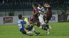 Indosport - Situasi pertandingan PSIS Semarang melawan PSM Makassar