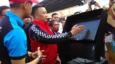 Menpora, Imam Nahrawai memantau teknologi VAR saat pembukaan  Liga Sepak Bola Berjenjang Piala Menpora 2019 di Lapangan UPI, Kota Bandung, Jumat (16/03/2019). - INDOSPORT