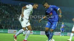 Indosport - Ahmad Nur Hardianto (biru) saat melawan Barito Putera