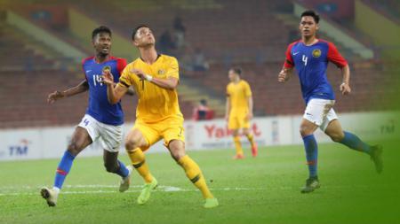 Pemain Malaysia Berebut Bola Dengan Pemain Australia - INDOSPORT