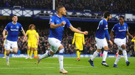 Pemain Everton melakukan selebrasi usai membobol gawang Chelsea. - INDOSPORT