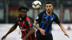 Indosport - Pemain AC Milan dan Inter Milan Berebut Bola