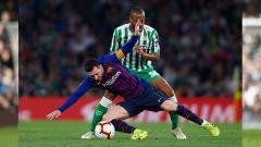 Indosport - Lionel Messi terjatuh.