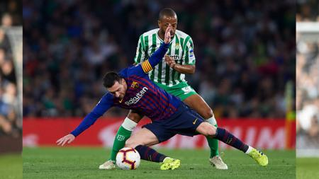 Lionel Messi terjatuh. - INDOSPORT