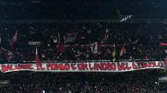 Indosport - Suporter AC Milan dalam laga Derby della Madonina
