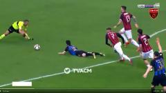 Indosport - Salah satu insiden dalam laga AC Milan vs Inter Milan.