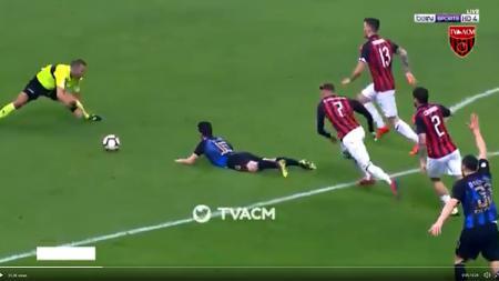 Salah satu insiden dalam laga AC Milan vs Inter Milan. - INDOSPORT