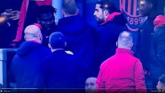 Indosport - Frank Kessie beradu mulut dengan Lucas Biglia saat laga AC Milan vs Inter Milan.