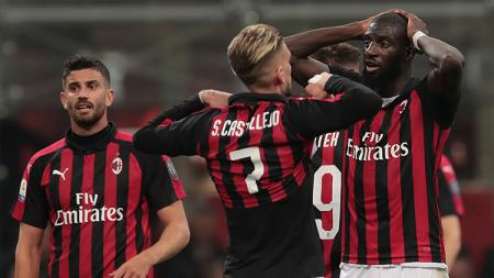 Pemain AC Milan kecewa usai ditaklukan Inter Milan. - INDOSPORT