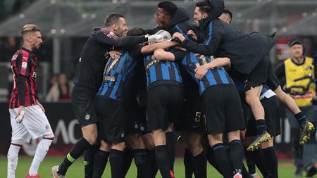 Pemain Inter Milan berselebrasi merayakan kemenangan atas AC Milan. - INDOSPORT
