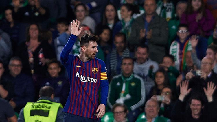 Pemain megabintang Barcelona, Lionel Messi memberikan ucapan terima kasih kepada fans Real Betis yang memberikannya standing applause. Copyright: INDOSPORT