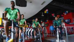 Indosport - Pemain Persebaya Surabaya berlatih dalam ruangan.
