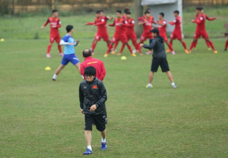 Dokter Choi Ju Young datang ke latihan Timnas U-23 Vietnam untuk mengobati trauma bagi pemain U23 di Vietnam Copyright: Dantri