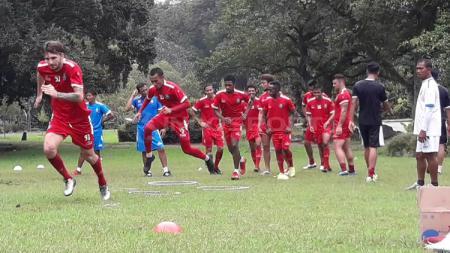 Arema FC menjalani latihan di Kebun Raya Purwodadi, Kabupaten Pasuruan. - INDOSPORT