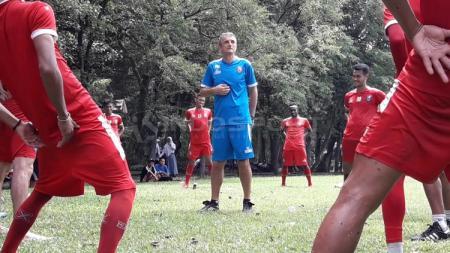 Milomir Seslija saat memimpin latihan bersama Arema - INDOSPORT
