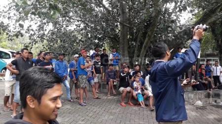 Aremania saat menyaksikan latihan Arema FC di Pasuruan. - INDOSPORT