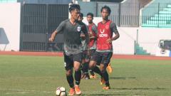 Indosport - Salah satu pemain muda PSIS Semarang, Tegar Infantrie (tengah) yang mendapat kesempatan tampil di Piala Presiden 2019.