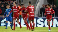 Indosport - Pemain berdarah Indonesia yang sempat diincar Persija Jakarta, Sandy Walsh (tengah) berhasil meraih poin saat bermain di Liga Belgia, Minggu (23/02/20) dini hari WIB.