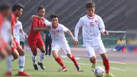 Perebutan di lini tengah dalam pertandingan Timnas Indonesia U-22 vs Timnas Vietnam U-22 di Piala AFF U-22 2019 - INDOSPORT