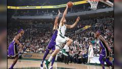 Indosport - Duel antara LA Lakers vs Milwaukee Bucks.