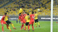 Indosport - Pemain Malaysia saat berhadapan dengan Singapura di Ajang Marine Cup