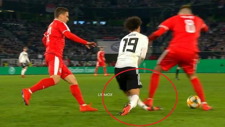 Leroy Sane dapat tekel mematikan dari pemain Serbia Copyright: Twitter/ksa_abonaif/
