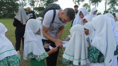 Indosport - Pemain asing PSIS Semarang, Wallace Costa da Claudir Marini jadi primadona siswa-siswi MI Ma'arif Bandungan yang terletak di sebelah lokasi latihan. Mereka berebut tanda-tangan pemain asal Brasil tersebut.