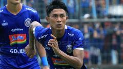 Indosport - Fullback Arema FC, Johan Ahmat Farizi mengaku motivasinya sempat drop akibat ketidakpastian kompetisi Liga 1 yang menerpa seluruh pelaku sepak bola nasional.