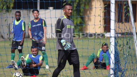 Abdul Rohim kiper Persebaya ketika berlatih di Lapangan Polda Jatim. - INDOSPORT
