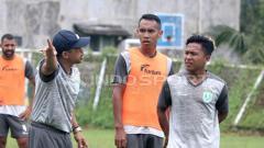 Indosport - Fahmi Al Ayubi (kanan) saat masih di Persela Lamongan.