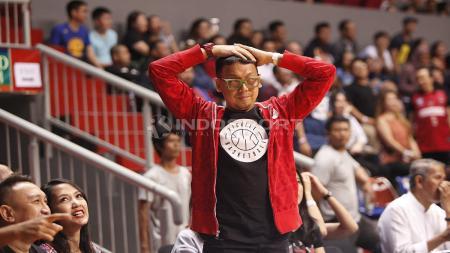 Penyanyi Djoni Permato menyaksikan laga final IBL gim pertama Satria Muda Pertamina melawan Stapac Jakarta - INDOSPORT