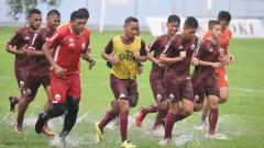 Indosport - Latihan Persija Jakarta di guyur hujan