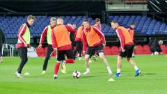 Indosport - Pemain Belarusia melakukan pemanasan