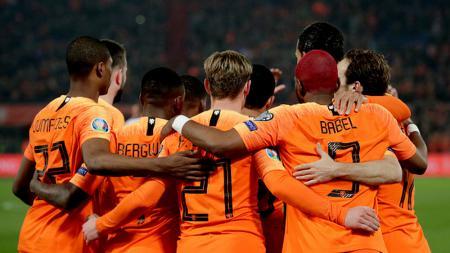 Pemain Belanda Merayakan gol Memphis Dephay. - INDOSPORT