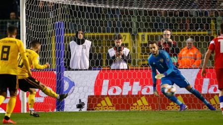 Eden Hazard mengeksekusi tendangan penalti - INDOSPORT