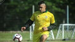 Indosport - Cristian Gonzales jalani latihan dengan mengenakan jersey Bogor FC