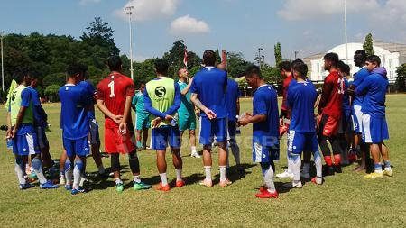 Penggawa Persib Bandung saat mendengarkan instruksi dari Radovic. - INDOSPORT