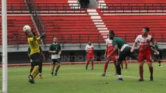 Indosport - Amido Balde berhasil mencetak gol melalui sundulan saat pertandingan uji coba di Stadion GBT, Jumat (22/03/19).